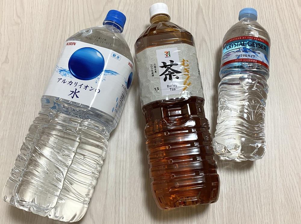 水やソフトドリンクのペットボトル